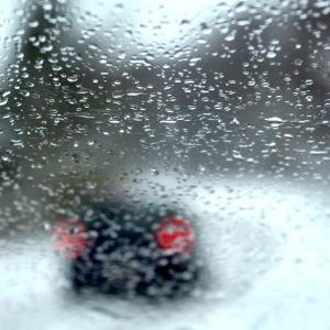 väg fotograferad genom vindrutan på en bil