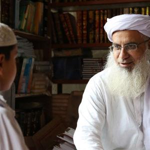 Pakistanissa toimii radikalisoivia Punaisen moskeijan koraanikouluja, joihin köyhät vanhemman lähettävät lapsensa paremman elämän toivossa.