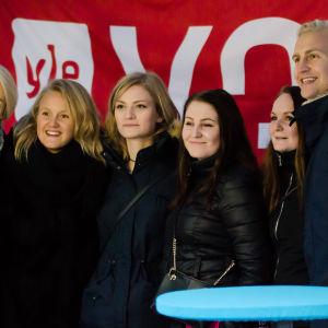 Succémorgon hälsar på fans under Glöggrundan i Åbo.