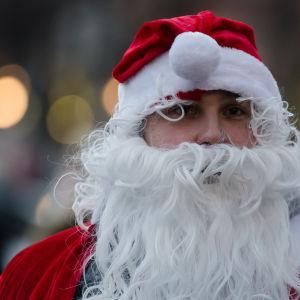 Jultomte på Glöggrundan i Åbo.