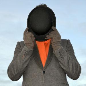 Will Young, dokumentin René Magritte: Mies ja hattu juontaja