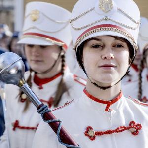 Ca Bäck (Mimosa Willamo) cheerleader-tyttönä sarjassa Lola ylösalaisin.