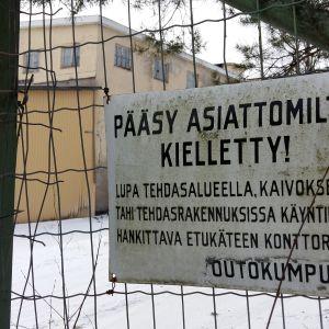 Skylt som förbjuder tillträde till Outokumpus gamla gruvområde i Aijala by i Kisko.