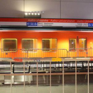Aalto-universitetets metrostation och ett tåg som testkörs