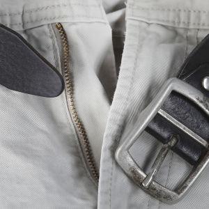 Ett par byxor med öppet bälte