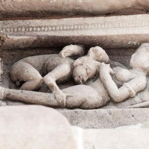En indisk staty avbildar två personer som har oralsex.