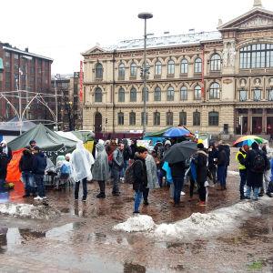 Demonstrerande asylsökande på Järnvägstorget i Helsingfors har satt upp ett par tält och banderoller.