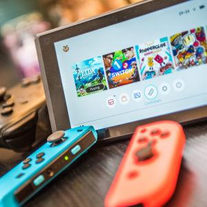 Nintendo Switch med olika kontrollers