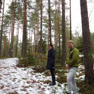 marknadsförare Cathina Wretdal-Lindström och turismchef Benjamin Donner i skog med lite snö i Kimito