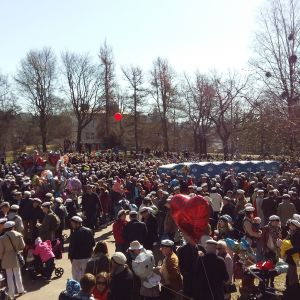 Folkmingel i Kajsaniemiparken på första maj.