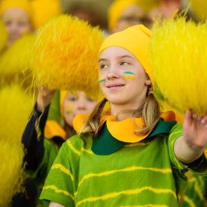 Cheerleading på stafettkarnevalen, ungdomar med gula pom-poms