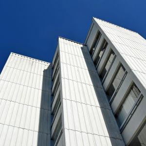 Vit fasad, höghus i Rönnbacka.