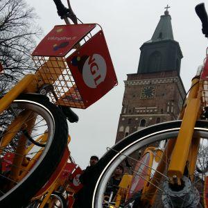 Tre Föli-lånecyklar är parkerade framför Åbo Domkyrka.