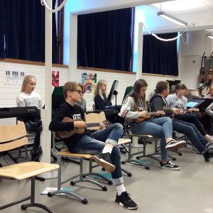 Bild på musicerande elever i skolklass.