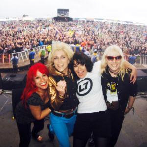 Tyttöbändi L7 poseeraa lavalla. Kuva dokumentista L7: Pretend We're Dead.