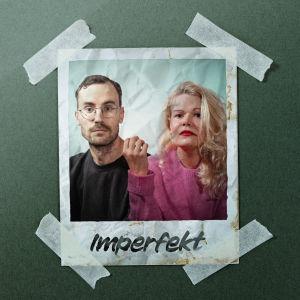 En polaroidbild som är fasttejpad på en grön bakgrund. Bilden föreställer en man med glasögon och en kvinna med lockigt blont hår.