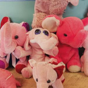 Vaaleanpunaisia pehmonorsuja vierekkäin.