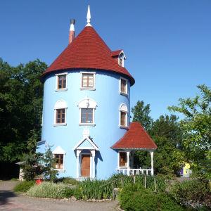 Muminfamiljens ljusblå runda hus i Muminvärlden i Nådendal.