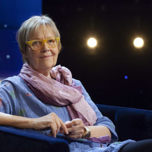 Tua Forsström sitter i Daniel Olins tv-studio.