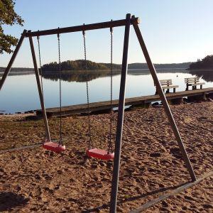 Tom strand och tomma gungor på Vitteludden i Houtskär.