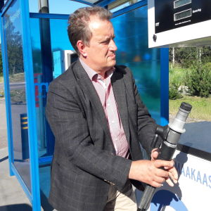 Lennart Nyberg vid Gasums tankstation för gas i Esbo.