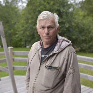 en äldre man på en terass