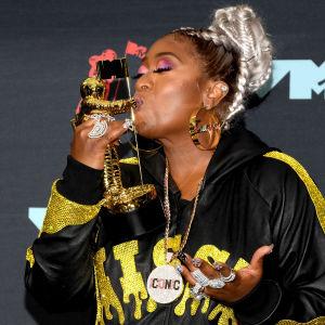 Missy Elliott pussaa kultaista Michael Jackson Video Vanguard Award -palkintoaan silmät kiinni MTV-taustalakanan edessä.