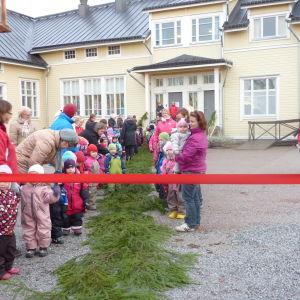 Fest då Ankarparken invigdes. På bildens syns många barn och några vuxna personer.