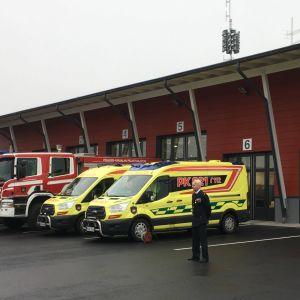 kiteen paloasema, paloautoja, ambulansseja, palomies.