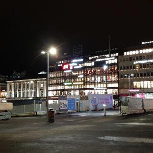 Husen vid Åbo salutorg i kvällsbelysning - KOP-kolmio, Åbo Svenska Teater och Guldhuset.