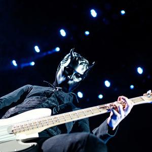 Basisten i Ghost, en nameless ghoul, med svarta kläder och svart mask i Arenan 28.11.2019.