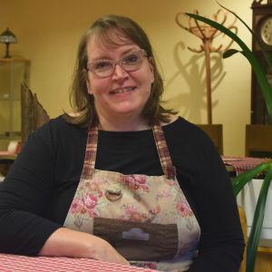 Nina Granath sitter vid bordet i caféet.
