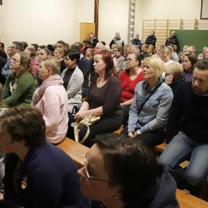 Yleisöä koulun juhlasalissa keskustelemassa koulun säilyttämisestä
