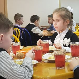 Ryska barn äter skolmat.