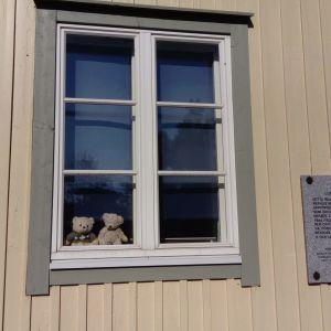 Två nallar i ett fönster på Knipnäsvägen i Ekenäs.
