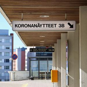 """Skylt med texten """"koronanäytteet"""" utanfr U-sjukhuset i Åbo."""