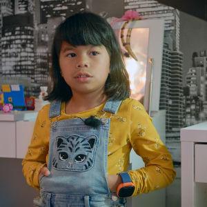 Sexåriga Samantha Nordmyr poserar hemma.
