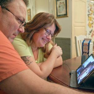 Anneli och Mikael Nordmyr chattar med flickan Samantha på iPad.