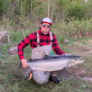 Torniolainen Antti Smeds sai 13,9 kiloisen lohen Tornionjoen Matkakoskesta