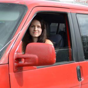 Katri Moilanen istuu autossa.