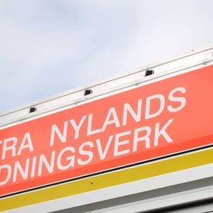 En skylt på en brandbil där det står Västra Nylands räddningsverk på med stora versaler.