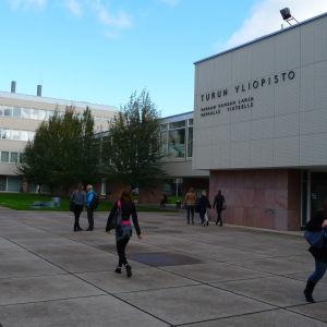 Opiskelijoita kävelee Turun yliopiston pihalla.