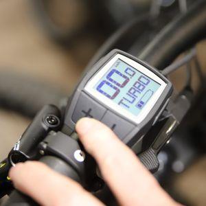 En liten skärm på en elcykel. Via skärmen går det att styra cykelns funktioner.