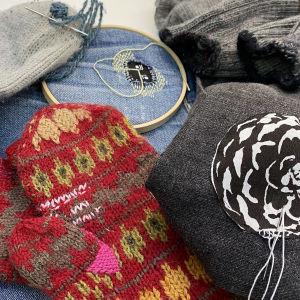 Kuvassa korjausta kaipaavia vaatteita ja neuleita