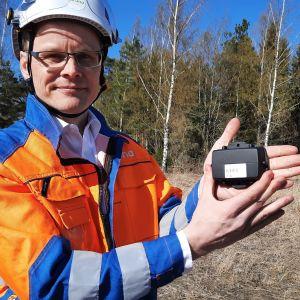 Carunan verkkojohtaja Kosti Rautiainen esittelee uutta anturia.