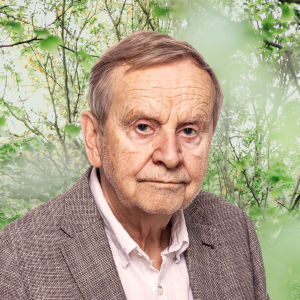 Johan Bargum ser rakt in i kameran, bakom honom syns en grön skogsdunge.