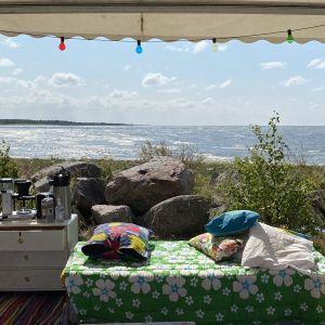 Pehmeä tuoli katetulla terassilla meren rannassa.