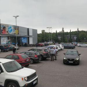 Många bilar parkerade på gården utanför coronavaccinmottagningen på Satakuntavägen.