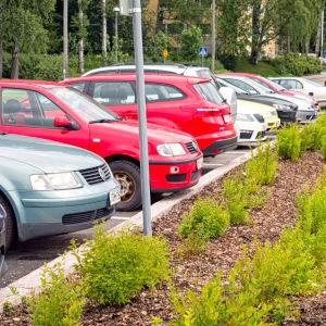 Autoja parkkipaikalla