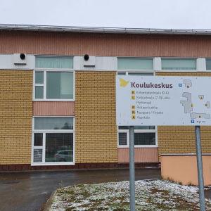 Perhon koulukeskuksen opastekyltti.